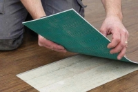 Oprava poškozených vinylových dílců/rolí