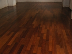 Pokládka celomasivní dřevěné podlahy Merbau